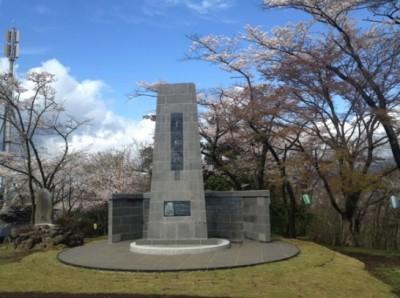 平和祈念塔の横にも桜