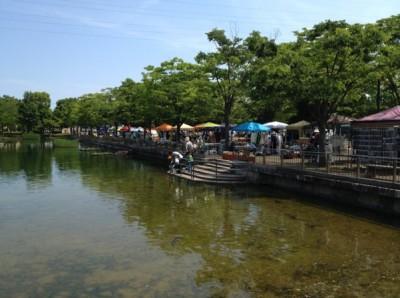 池のほとりに店がずらり並ぶ