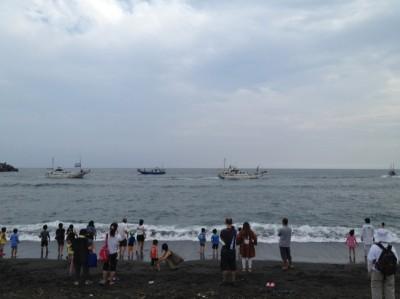 漁船がくるくる回り汽笛が響く