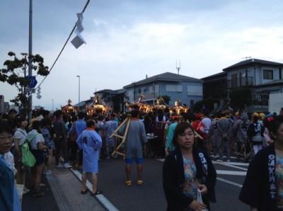 小さな神輿はパレードを先導する