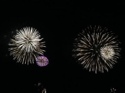 花火はかなり海風に流されていた