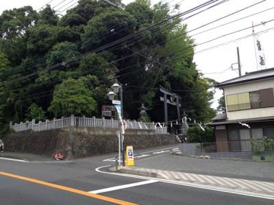 曾屋神社は県道705号と国道246号の交点付近にある