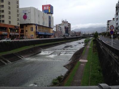 水無川が濁流に