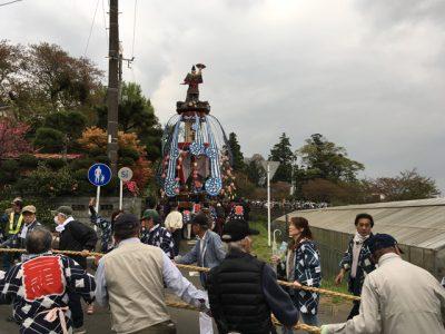 なんとか旋回して土手に入った栗原地区の人形山車。熊谷直実