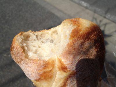 石臼挽きでないパンの生地色は薄めだ