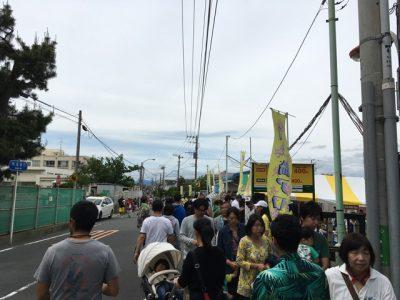 会場西浜駐車場跡地への入口。参加者誘導は不慣れっぽかった