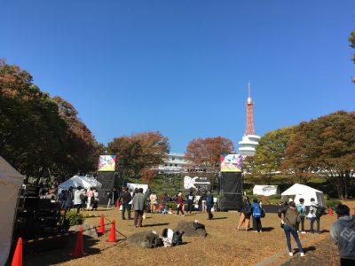 秋空とバンドステージ