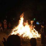 伊勢原市神戸 若者を火に投げ入れるどんど焼き