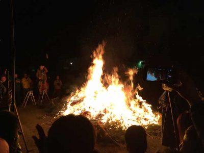 お飾りが加わって燃え盛る炎